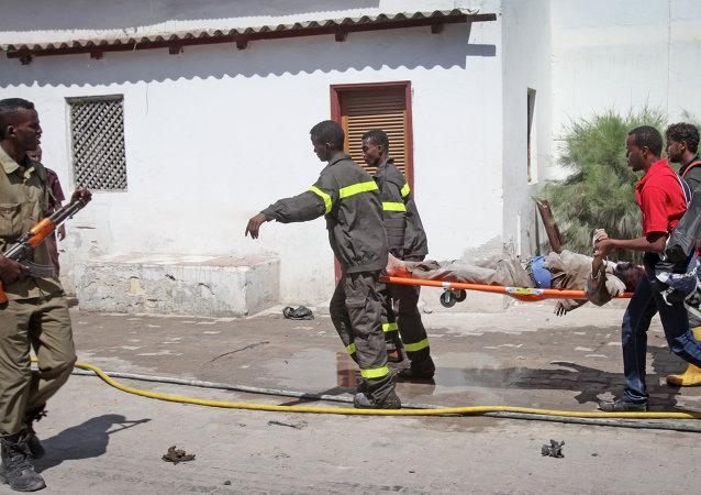 Des sauveteurs emportent le corps d'une victime d'un attentat à Mogadiscio