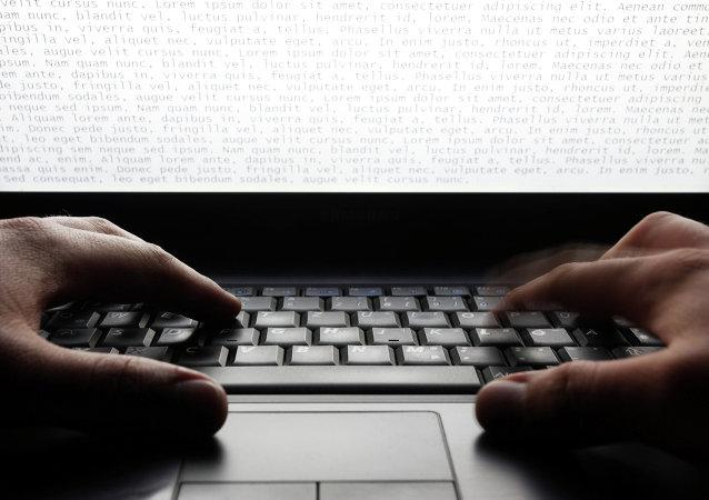 Un homme tape sur un clavier