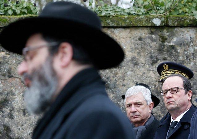 Francois Hollande (R) et Claude Bartolone (C), Sarre-union, le 17 février 2015.