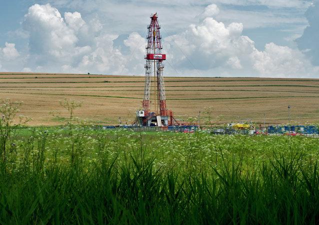 Un appareil de forage de gaz de schiste du  géant pétrolier américain Chevron en Roumanie