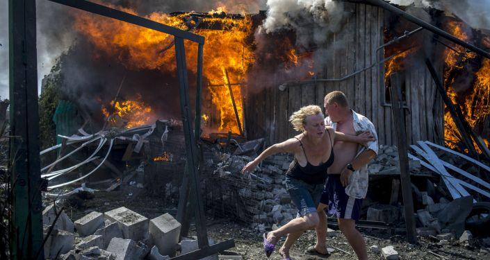 Местные жители спасаются от пожара в Луганской области
