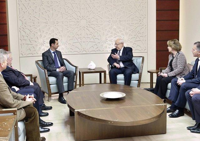 Le président syrien Bachar el-Assad lors d'une rencontre avec des parlementaires français en mission personnelle à Damas