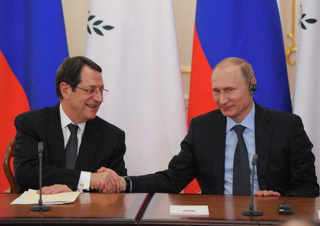 Nicos Anastasiades (à gauche) et Vladimir Poutine