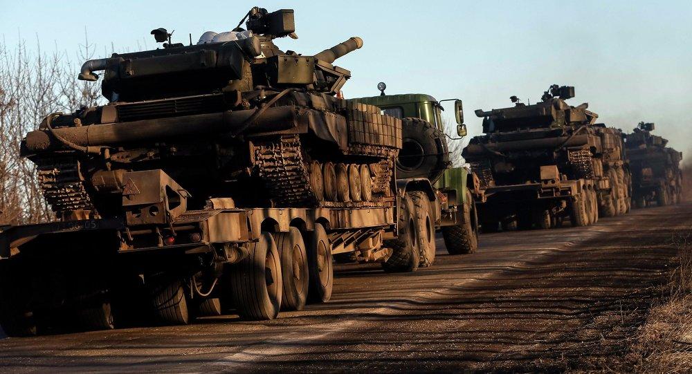 Des camions militaires des forces armées ukrainiennes transportent des chars près d'Artemovsk (24 février 2015)