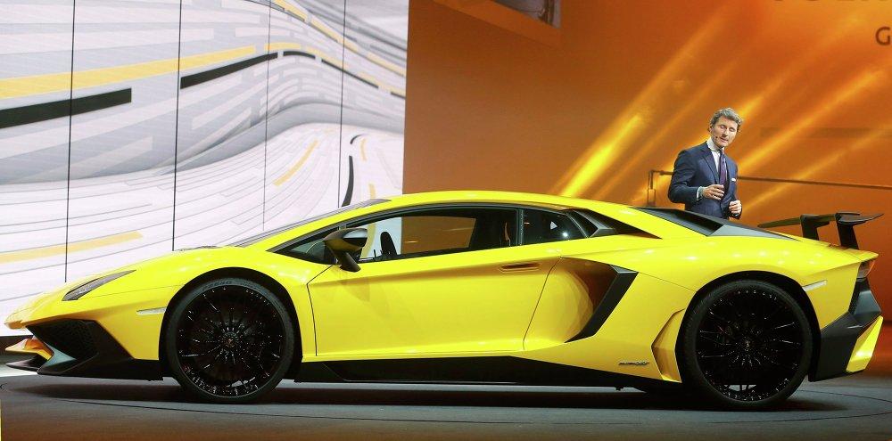 Le president de Lamborghini Stephan Winkelmann devant le fabuleux supercar Aventador