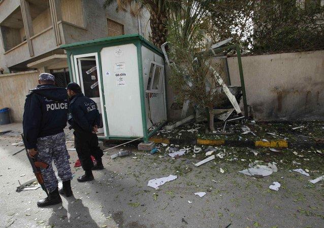 Agents de sécurité sur le lieu d'une explosion à Tripoli