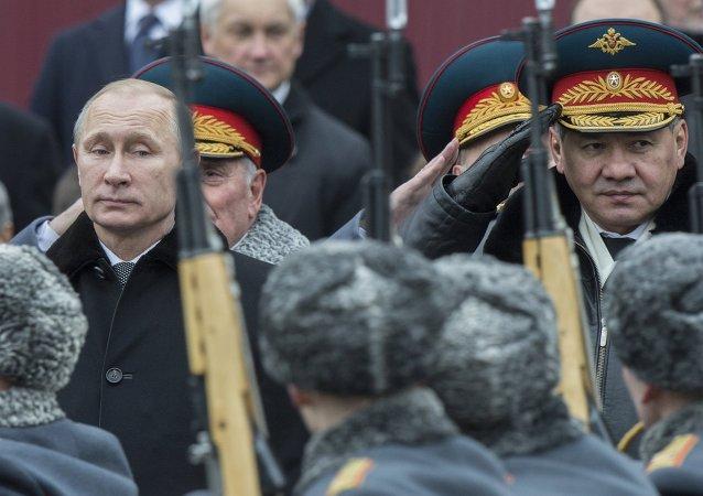 Le 23 février 2015. Le président de la Russie Vladimir Poutine (à gauche) et le ministre de la Défense de la Russie Sergey Shoigu