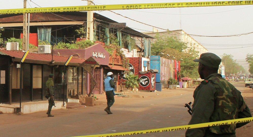 Des policiers se tiennent aux abords du restaurant La Terrasse à Bamako, le 7 mars 2015