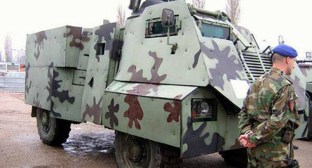 Un véhicule de transport de troupes britannique AT105 Saxon
