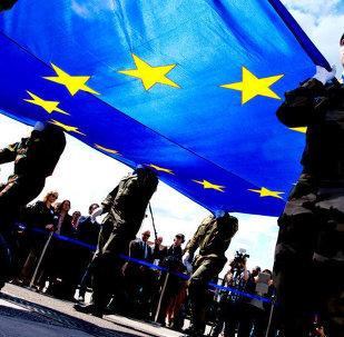 Soldats portant le drapeau d'UE