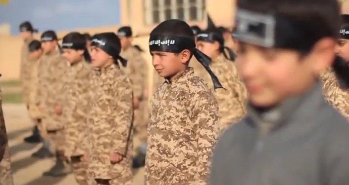 Le camp d'ISIS d'entraînement militaire d'enfants