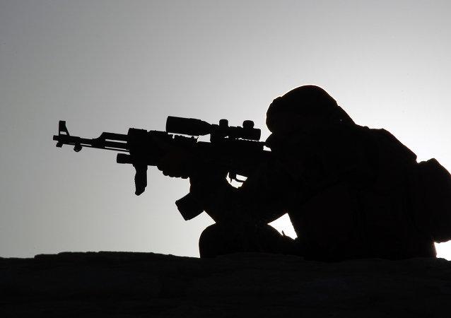 Un homme armeé
