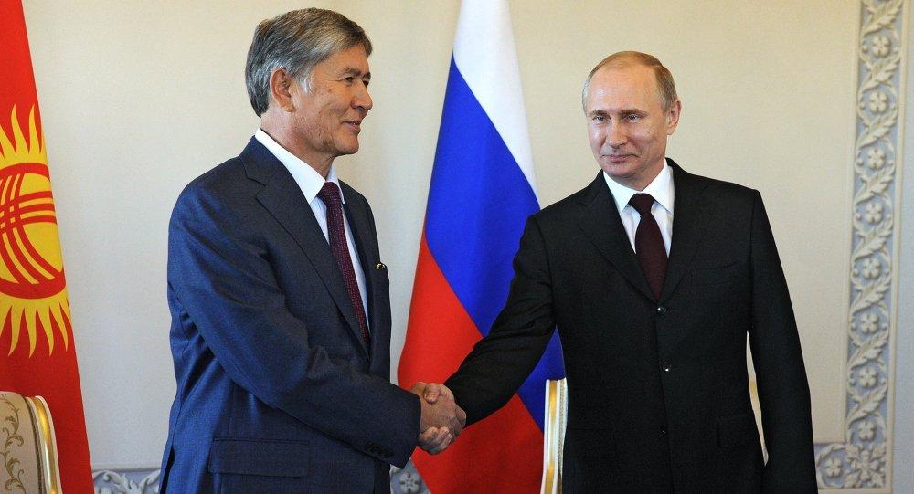 Vladimir Poutine et Almazbek Atambaïev au Palais Constantin de Strelna