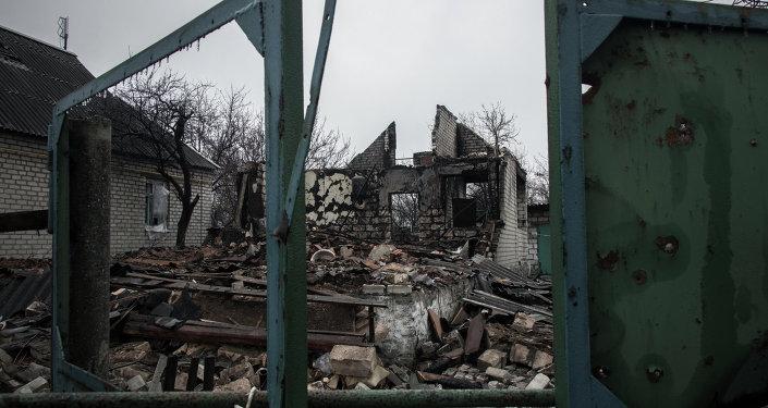 Maison privée détruite dans le Donbass