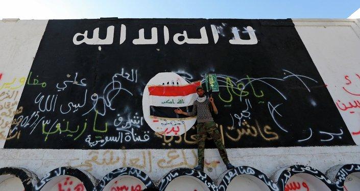 Image du drapeau de l'Etat islamique sur un mur