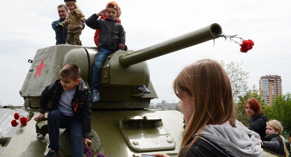 Un char décoré de fleurs et des enfants