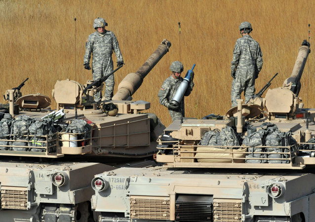 Soldats qui conduisent le char Abrams