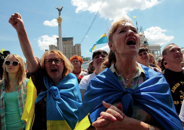 Les Ukrainiens protestent sur la place Maïdan à Kiev