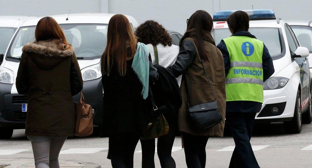 Un employé accompagne des membres des familles des victimes à l'aéroport El Prat à Barcelone