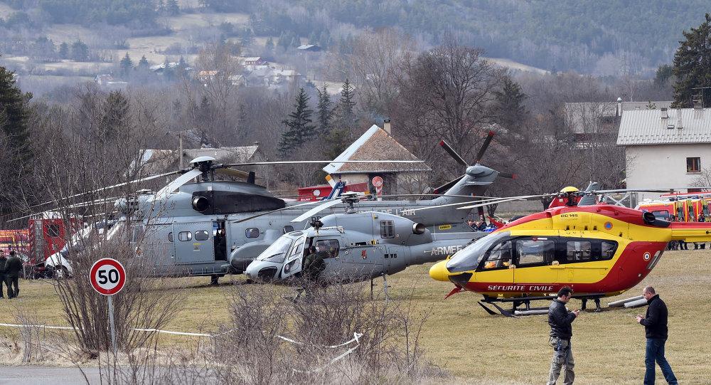 Hélicoptères des forces aériennes françaises  près du lieu de crash d'Airbus A320