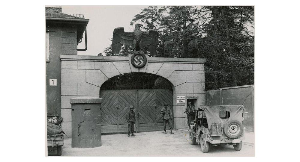 Soldats américains qui gardaient une entrée principale de l'Dachau après la libération en 1945 (Archives)