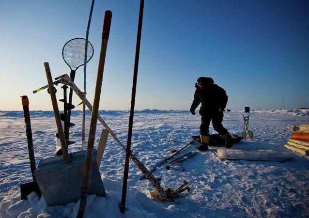 Un chercheur russe procédant à une expérience près d'une station arctique.