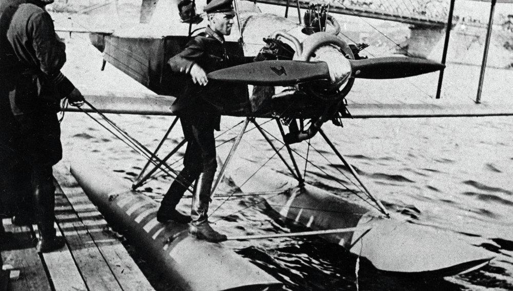La Moscova, Alexandre Yakovlev près d'un avion sportif