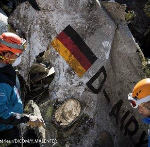 Enquêteurs et gendarmes sur le lieu du crash de l'Airbus allemand
