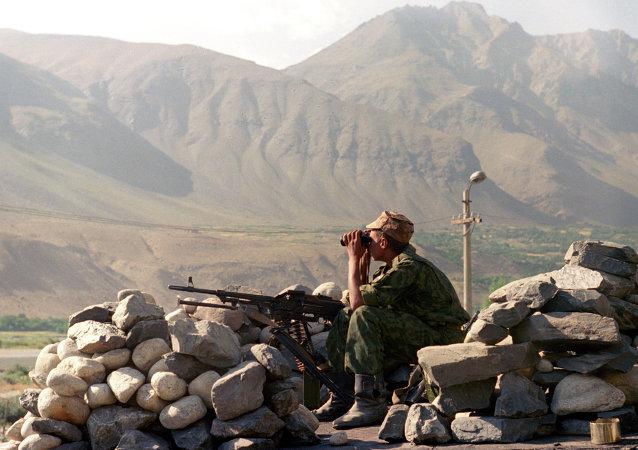 Un soldat à la frontière afghano-tadjike