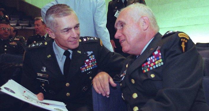 Wesley Clark (G) et Gen. Robert H. Scales Jr (D)