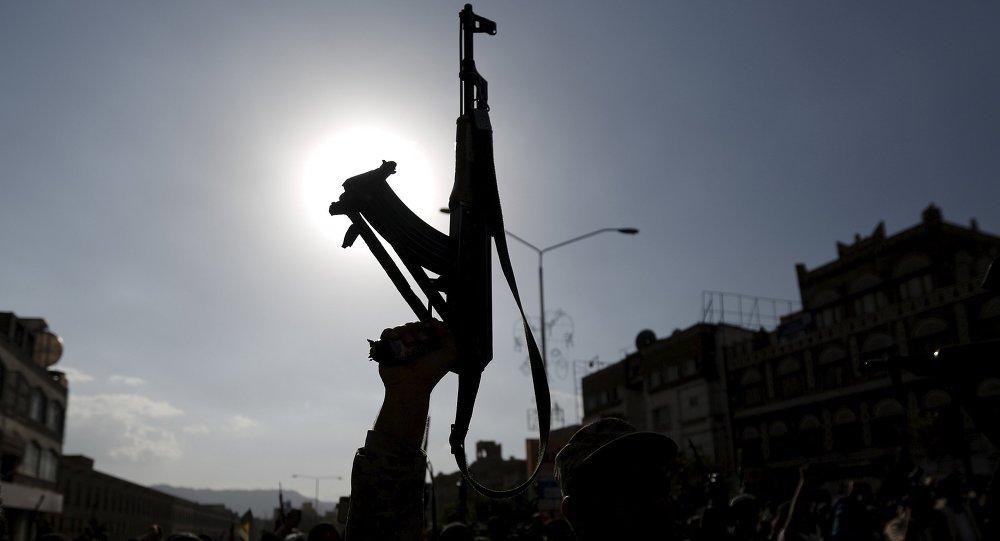 Un partisan du groupe Houthi brandit son fusil