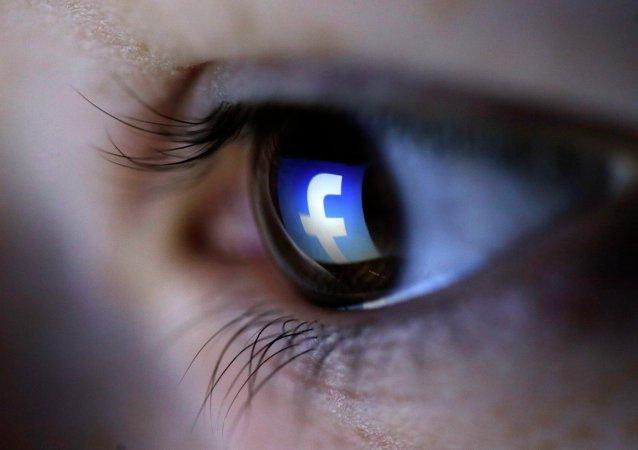 Logo de Facebook reflété dans l'œil d'un internaute