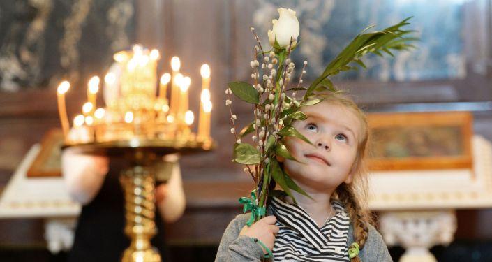 Une fille dans la cathédrale du Christ-Sauveur à Moscou