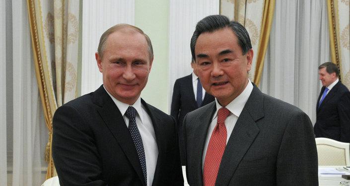 Vladimir poutine (à gauche) et Wang Yi