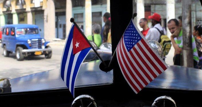 Les drapeaux américain et cubain.