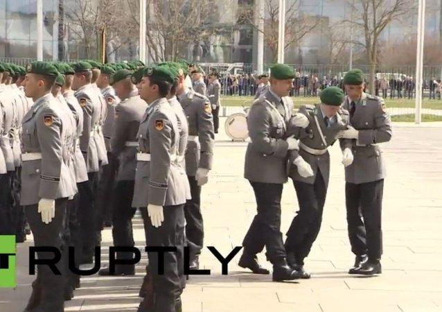 Allemagne: un soldat perd connaissance lors d'une cérémonie officielle