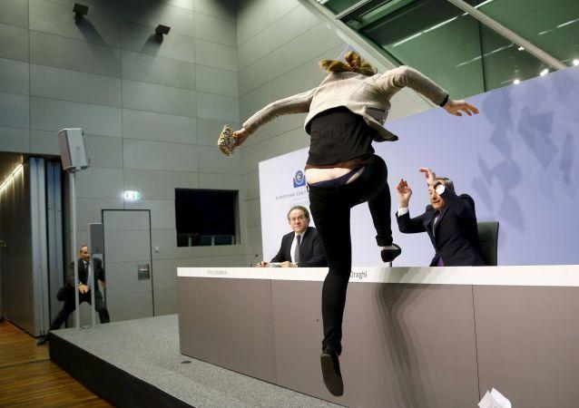Une jeune femme s'est ruée sur Mario Draghi, le président de la Banque centrale européenne, lors d'une conférence de presse au siège de l'institution à Francfort. 15 avril 2015