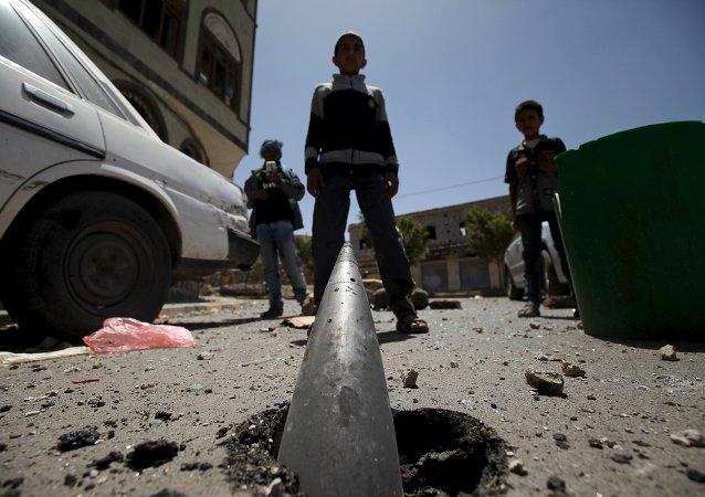 Après un bombardement de Sanaa