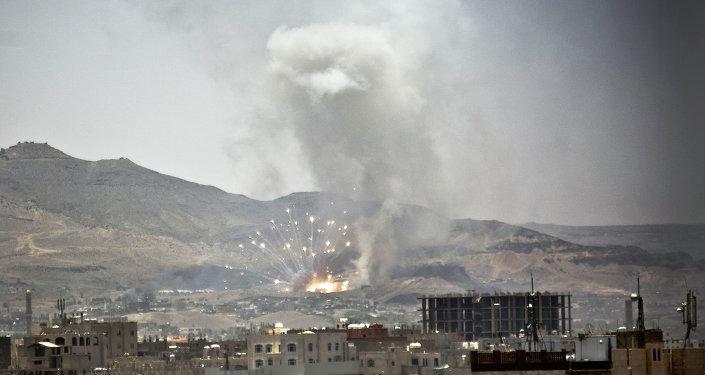 Après un raid aérien à Sanaa le 21 avril 2015