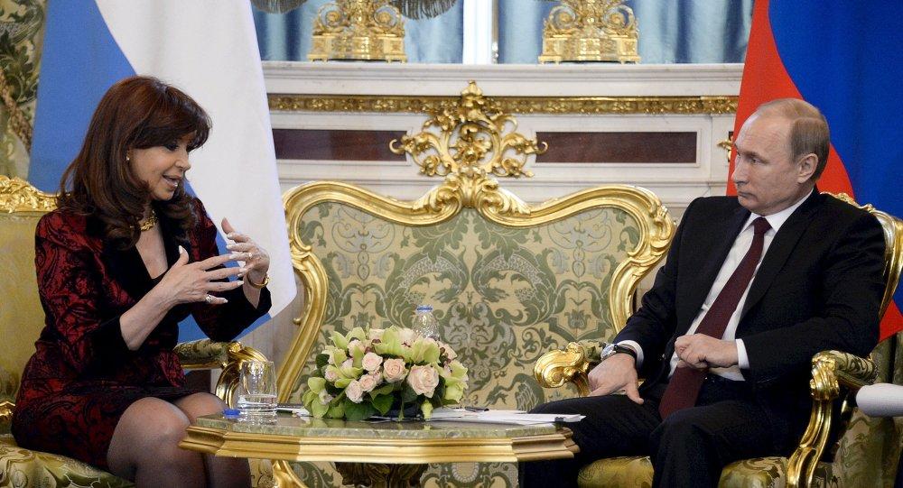 Le président russe Vladimir Poutine avec son homologue argentine Cristina Fernández de Kirchner