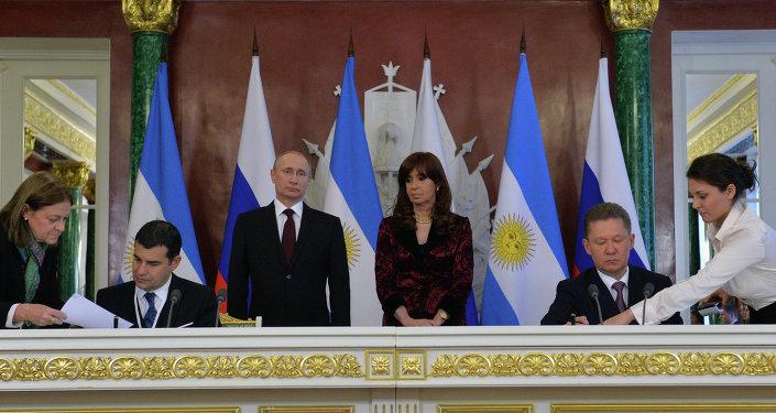 Les PDG du groupe public gazier russe Gazprom et de la société pétrogazière publique argentine Yacimientos Petroliferos Fiscales (YPF), Alexeï Miller et Miguel Galuccio, signent un mémorandum de coopération