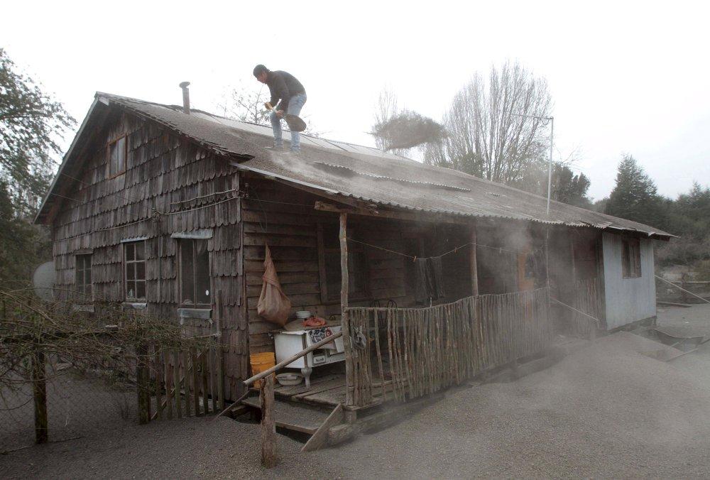 Les habitants de La Ensenada nettoient leurs habitations