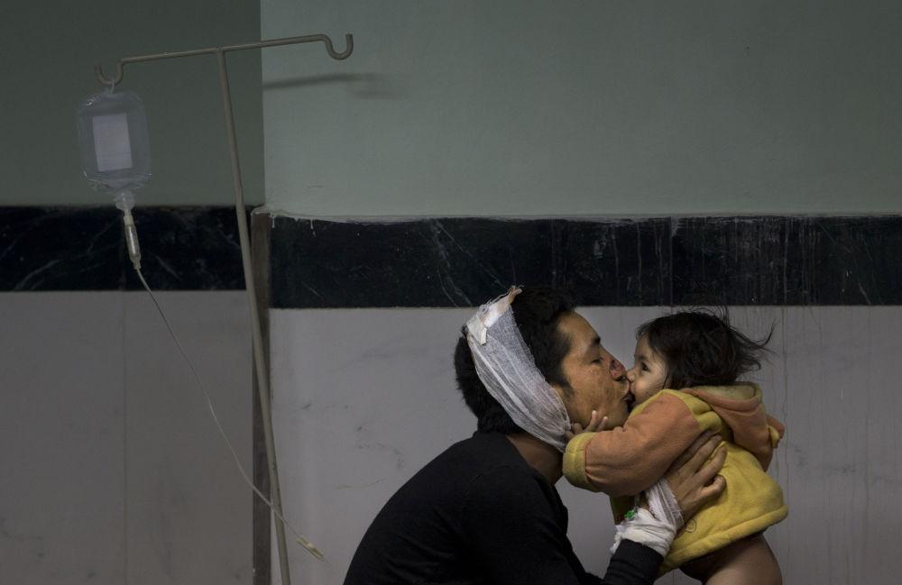 Une fillette retrouve son père dans un hôpital de Katmandou
