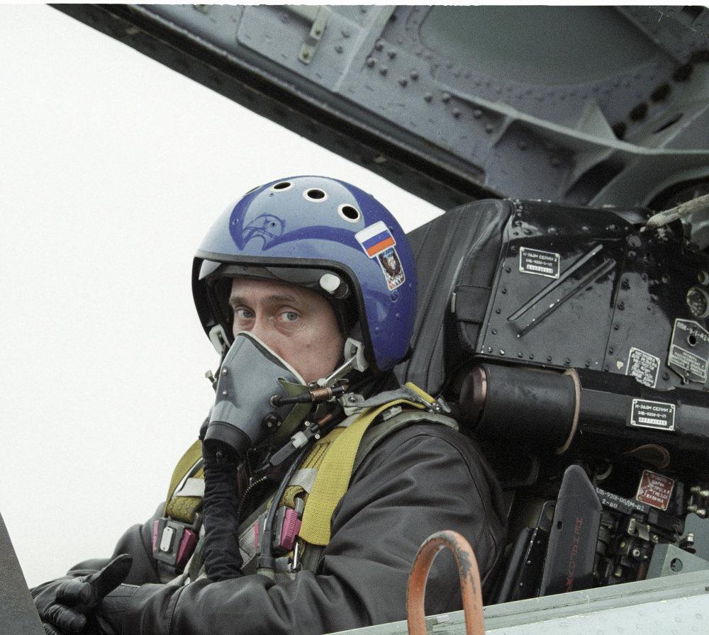 Le président par intérim Vladimir Poutine se rendant de Krasnodar en Tchétchénie à bord d'un Su-27 pour rencontrer des militaires russes. 2000