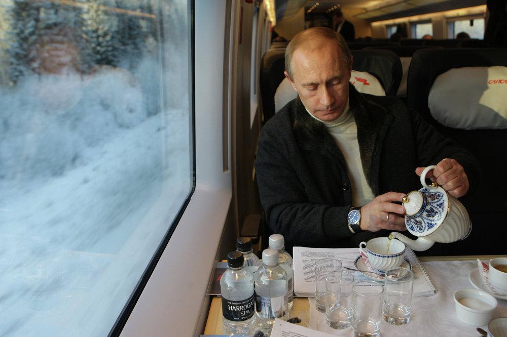 Le premier ministre Vladimir Poutine effectue un voyage à bord d'un TGV russe Sapsan, le 19 décembre 2009