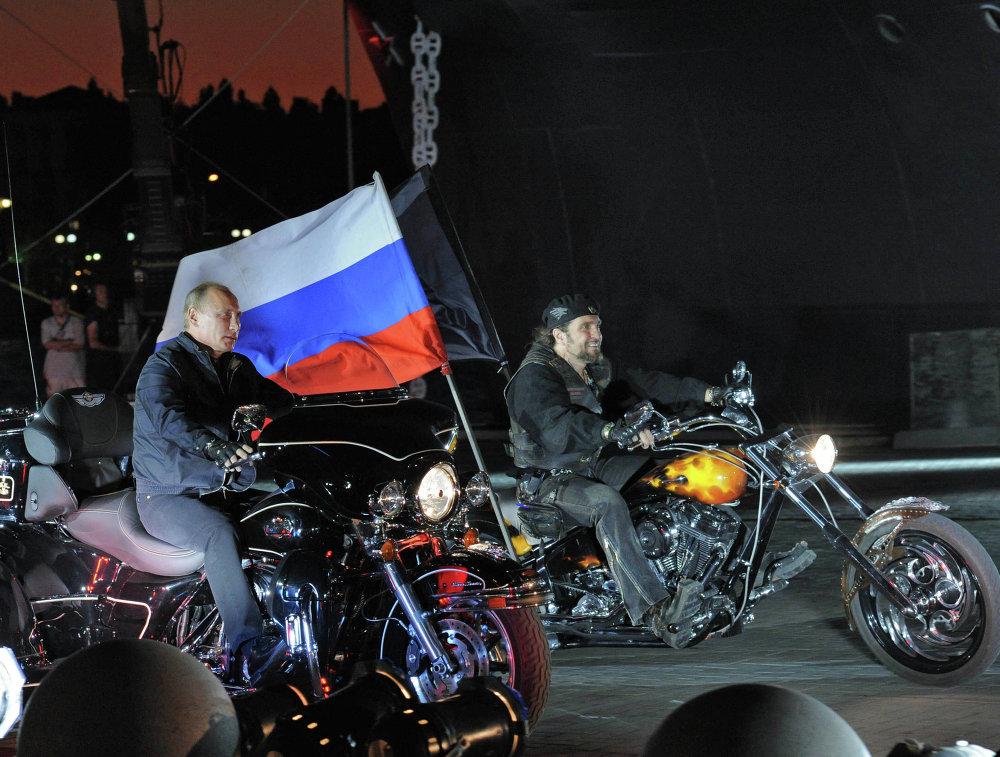 Le premier ministre Vladimir Poutine et le chef de l'organisation de motards russes Les Loups de la Nuit, Alexander Zaldostanov, participent au 16e Bike Festival de Novorossiïsk, le 29 août 2011