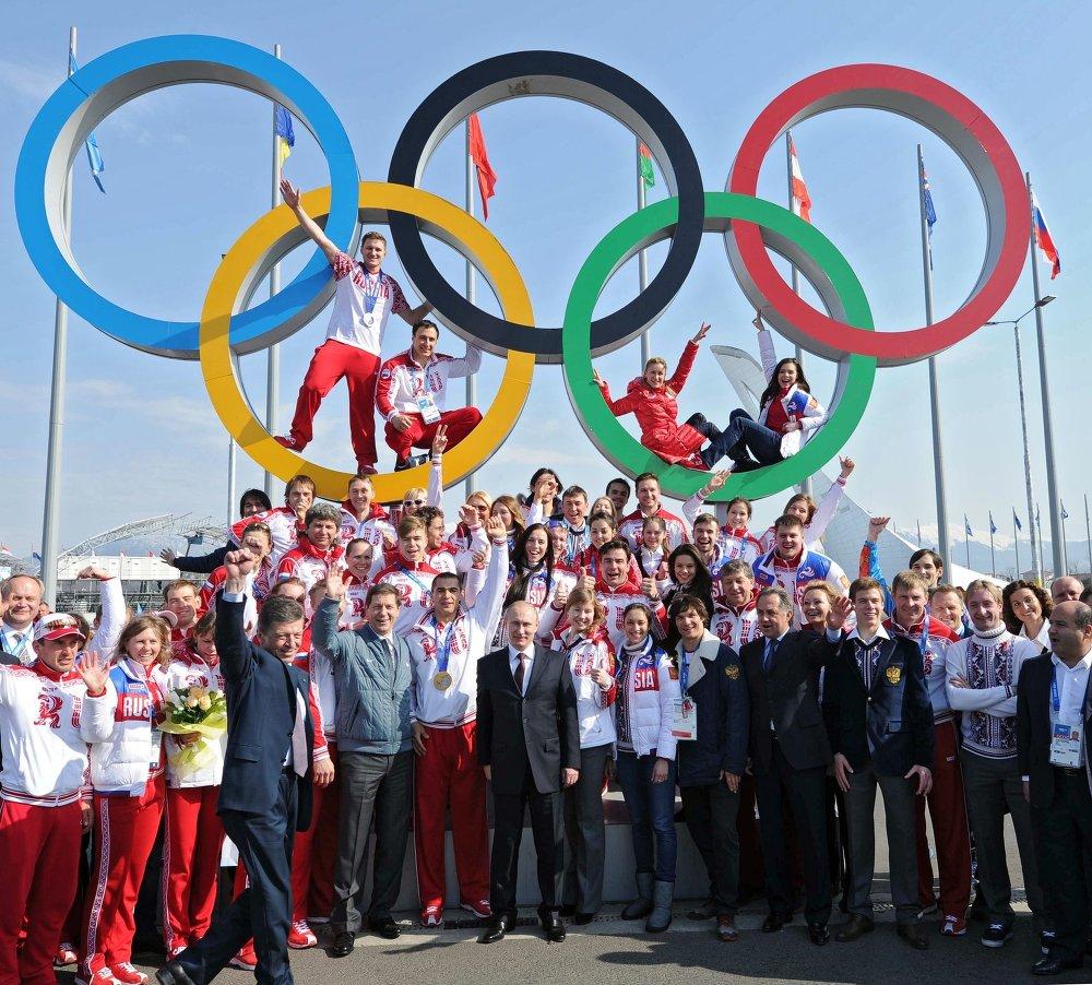 Le président Vladimir Poutine se fait photographier en compagnie de vainqueurs russes des Jeux olympiques de Sotchi, le 24 février 2014