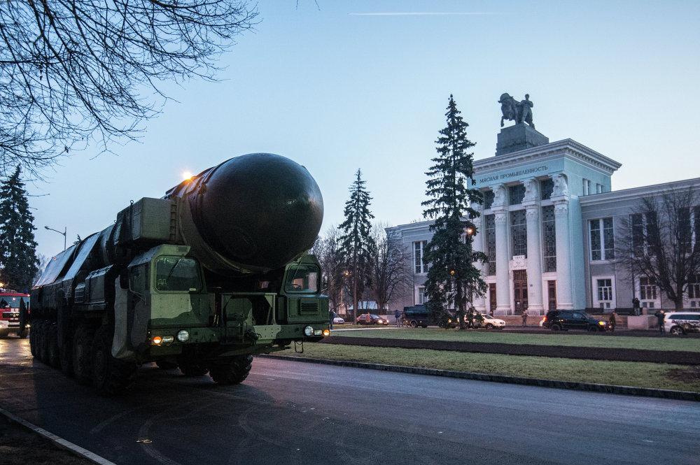 Une rampe de lancement et un conteneur de transport et de tir de Topol installée au Centre des expositions VDNKh de Moscou