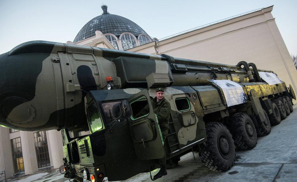 Un système de missiles balistiques russe Topol présenté à l'Exposition des réalisations de l'économie nationale (VDNKh) de Moscou