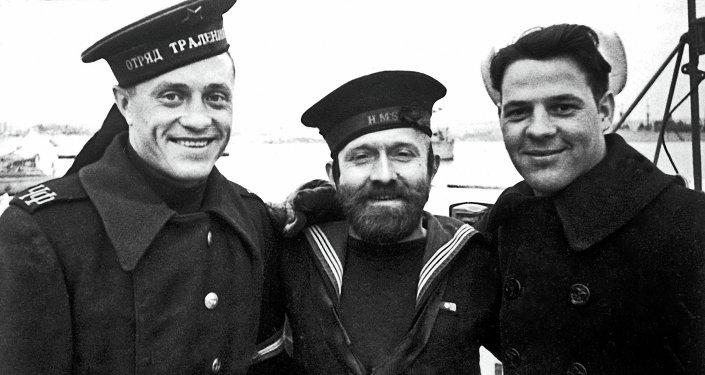 Matelots soviétique, anglais et américain à Sébastopol en 1945